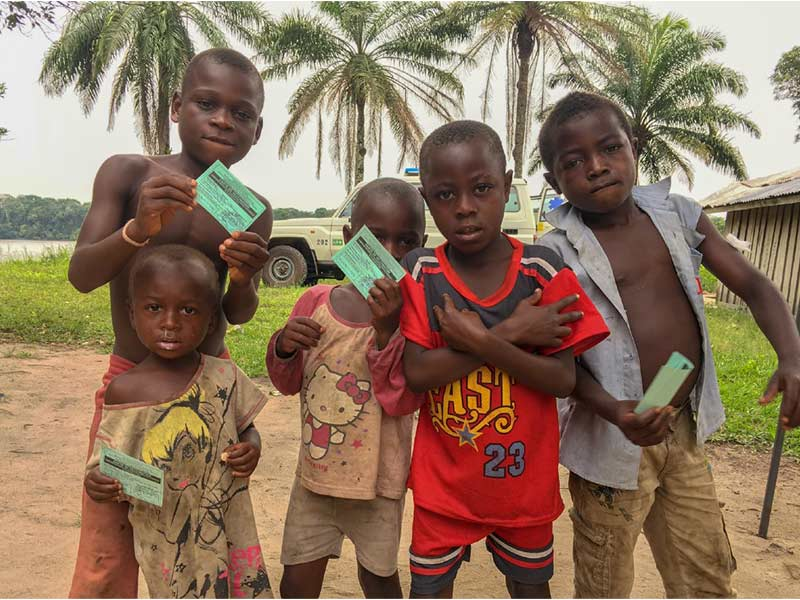 A group of children boldly showing their 'green cards' right after vaccination. © T. Baldassarri Höger von Högersthal / Interholco. All rights reserved.